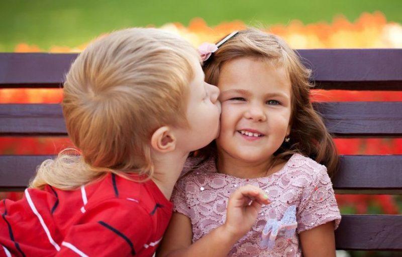 Целоваться можно и в щечку, и по-дружески. Фото с сайта ranok.ictv.ua