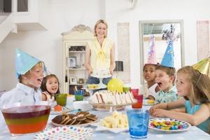 Дети за праздничным сталом