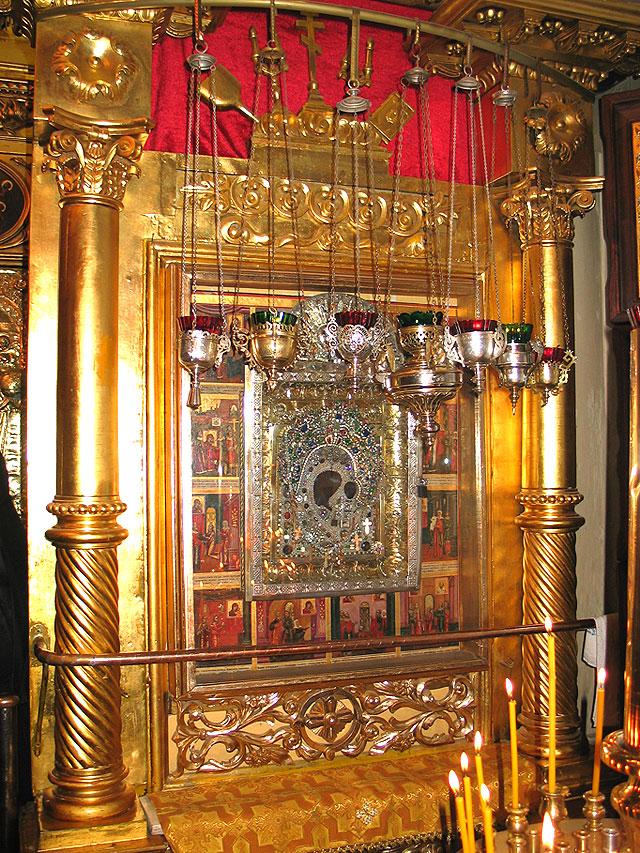 Киот с Казанской иконой Богородицы в храме Ярославских чудотворцев г. Казани. Предположительно, это список середины XVIII века