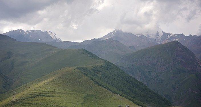 Вид на Кавказские горы и вершину Казбек (Мкинварцвери)