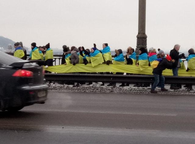 Живая цепь на мосту Патона в Киеве,  г.