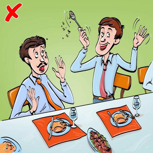 11простых правил поведения застолом, которые люди нарушают чаще всего