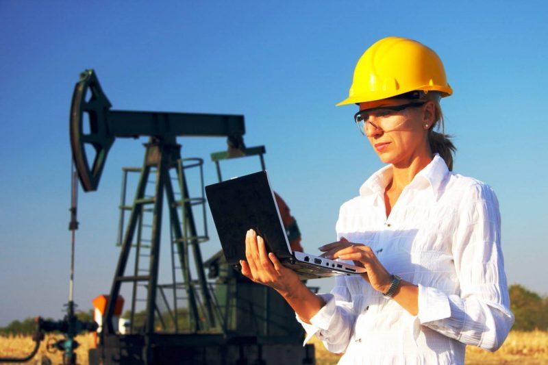 Работники нефтяной промышленности. Фото с сайта www.vsluh.ru