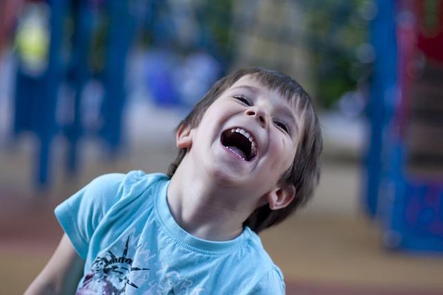 Фото смеющегося ребенка