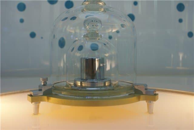Рисунок 1. Метрологи контролируют работу сложных приборов