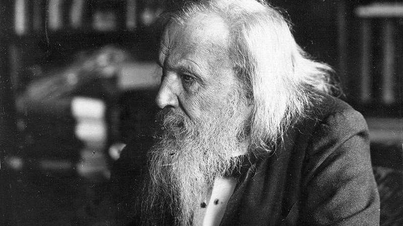 Русский ученый-химик Дмитрий Менделеев на самом деле водку не изобретал
