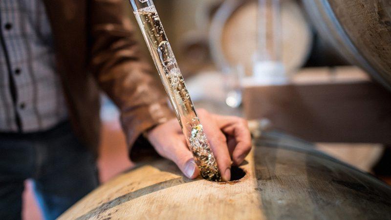 Первое задокументированное свидетельство дистилляции алкоголя относится к XII веку