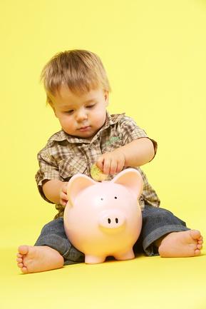 Ребенка приучают копить деньги