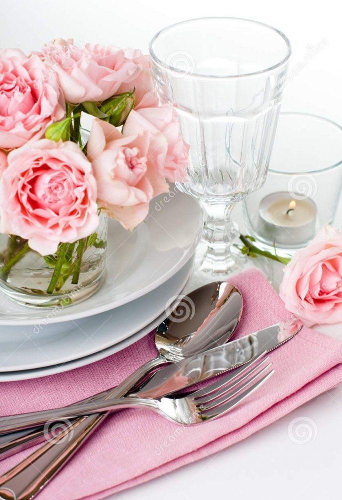 приборы на розовой салфетке