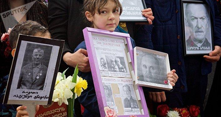 Участники акции Бессмертный полк 9 мая в парке Ваке отмечают День Победы