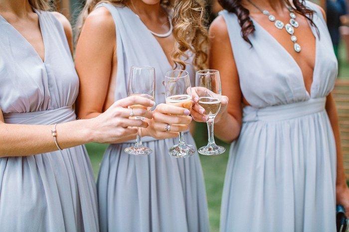 Свадебный банкет проходит под звон бокалов и тосты гостей