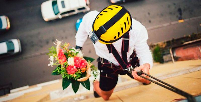 подарить цветы через окно