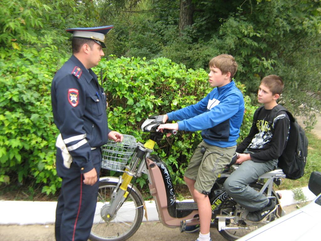 Дети на скутере