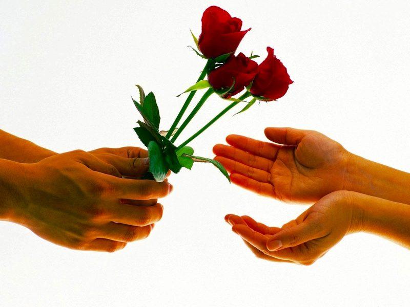 Как правильно подарить цветы девушке? Советы Игоря Лапина