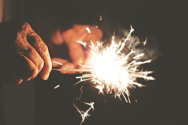 Мужчина зажигает бенгальские огни