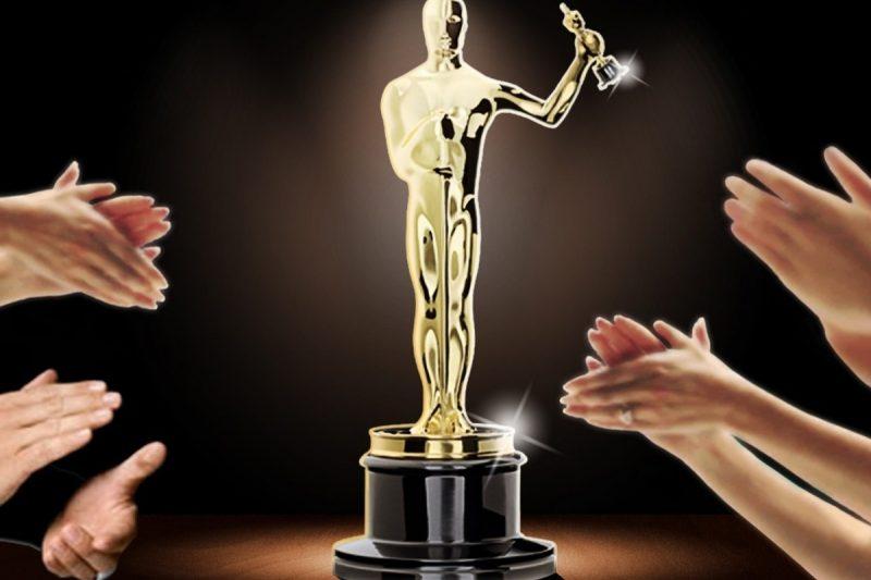 """Шуточное вручение """"Оскара"""" на вечере встреч выпускников"""". Фото с сайта www.tahminder.com"""